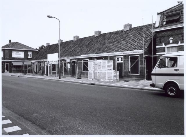 020457 - Restauratie van de wevershuisjes op de hoek Hasseltstraat - Van Hogendorpstraat in 1986. Links de firma J. van Loon - Otten, handel in verf en behang