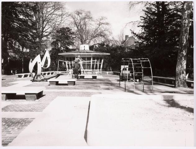 035159 - Vogels. Jeugd. Bij de Volière in het Wilhelminapark werd eveneens een speeltuin gemaakf