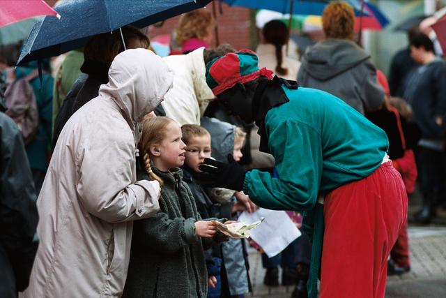 1237_010_770_014 - Sint Nicolaas 2000 in de regen. Zwarte Piet.