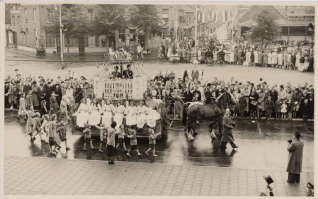 048999 - Festiviteiten te Tilburg b.g.v. het 50-jarig regeringsjubilé van Koningin Wilhelmina op 6 september 1948. Aankomst van koning Willem II bij de 'Vier Winden' aan de Bredaseweg ter hoogte van het oud Belgisch lijntje.  Verslag over deze festiviteiten met optocht staat in het Nieuwsblad van dinsdag 7 september 1948. Praalwagen met het Paleis Raadhuis trekt over het Willemsplein.