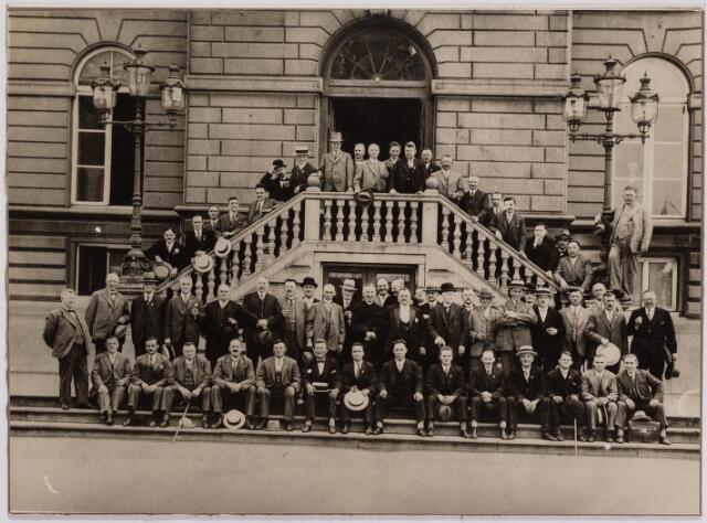 041339 - De Bakkerspatroonsbond St. Honoré poseert voor het oude Gemeentehuis