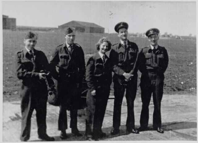 045663 - Tweede Wereldoorlog. Bemanning van het gecrashte vliegtuig op Breehees in de nacht van 24 op 25 mei 1944. De tweede van rechts is piloot Gordon Bennett S/Ldr.,  24 jaar oud en lid van het R.A.F., 405 Squadron. Hij overleed op 25 mei 1944 en werd begraven op het Canadian War Cemetry te Bergen op Zoom in grafnr. 11.E.3. Hij was de enige die de crash niet overleefde.