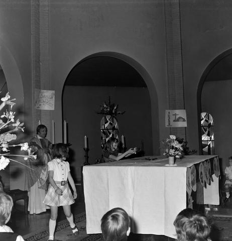1237_006_251-2_001 - Eerste heilige communie in de Margarita Maria Alacoquekerk. Viering door kapelaan Mennen in mei 1974.   Religie. Kerk. Parochie Ringbaan West.