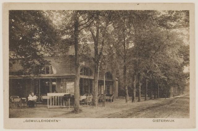 """073725 - Gafé restaurant """"Gemullehoeken"""" aan de Gemullehoekenweg vanuit noordelijke richting gezien. De Gemullehoekenweg werd in 1920 verhard."""