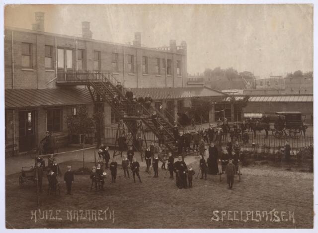 026772 - Speelplaats aan de achterzijde van Huize Nazareth omstreeks 1921.