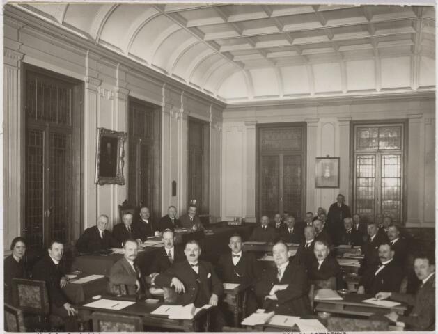 103344 - Gemeenteraadsvergadering. Wethouderstafel onder schilderij: wethouder J.J.J. van Oudenhoven, wethouder A.Th. van Rijen, burgemeester mr. dr. F.L.G.Z.M. Vonk de Both (1873-1952), secretaris W.J. van Dusseldorp, wethouder Jan C.A.M. van de Mortel. Voorgrond: stenografe Mej. A.M.C. de Beer, stenograaf J.C. Bouwmeester, F.L. Coolen, J.J. Ketelaars, B.C. Smeulders, J.A. Oostrijck, J.L. van Nunen, N.J. van Pelt, W.A. de Vroom, A.F.C. Donders. Achtergrond: C.J.M. Kocken, A.J. Prins, P.V.A. Teurlings, F.A. Smulders, F.N. Mannaerts, J.C. Claessen, J.H. Oldenkotte, J.H. van de Wal, J.B. Devenijns, A.C. van de Pol, F.R. Reijne, Jan van Rijzewijk (1880-1939), O. Plantenga, A.C. van Arendonk, L.G. de Brouwer, staande A.J.J.M. Dominicus (bode 1867-1929).