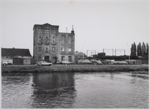 026088 - Voormalige fabriek aan de Lovense Kanaaldijk, gelegen tussen de Bosscheweg (links) en de spoorbrug over het Wilhelminakanaal