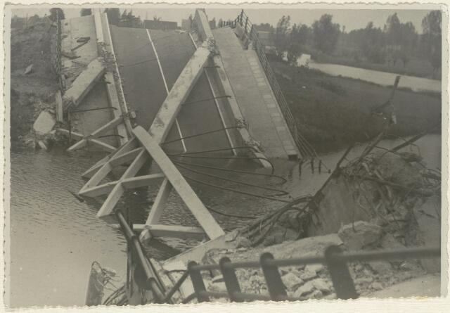 88941 - Vernietigde brug Markkanaal Terheijden op 11 mei 1940. Om 16.30 werd door een Duits vliegtuig de brug gebombardeerd. Dit was de 2de betonnen boogbrug.