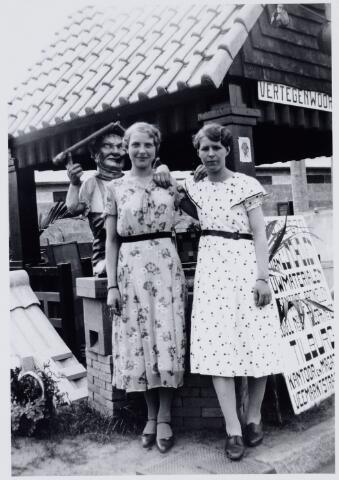 103907 - Internationale Tentoonstelling Stad Tilburg 1934 voor Handel en Industrie. Opbouw aan de Ringbaan-Oost tussen Enschotsestraat en oude Molenbochtstraat. foto rechts Agnes Rijnen.