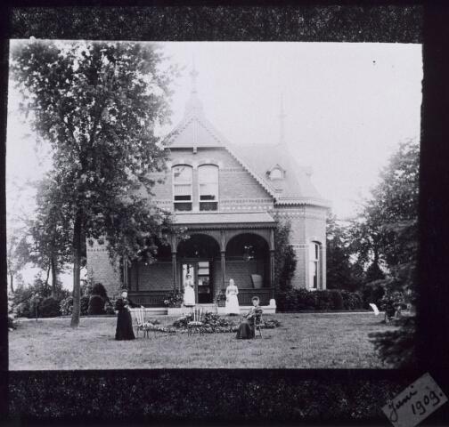 016483 - Bewoners en personeel voor een villa aan de Bredaseweg begin twintigste eeuw