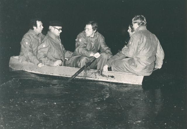 651487 - VOLT, Brandweer ( B.Z.B. ) op nachtelijke oefening bij Philips Breda in ca. 1980. V.l.n.r. Otterloo, Damen, Hesselberth, v. Dongen. en v.d. Hoek.