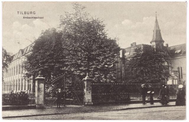 002206 - Spoorlaan. Links de ambachtsschool, rechts het torentje van villa Joseph. Geheel rechts een vrouw in Brabantse klederdracht.