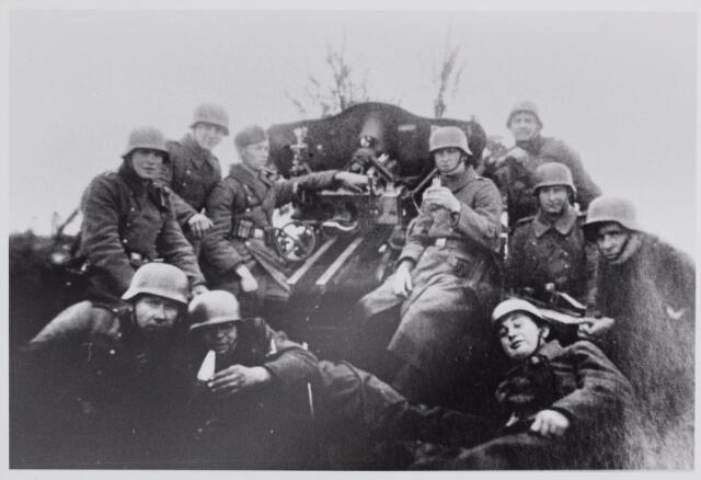 045637 - WO2 ; WOII ; Tweede Weereldoorlog. Duitse militairen met afweergeschut te Goirle.