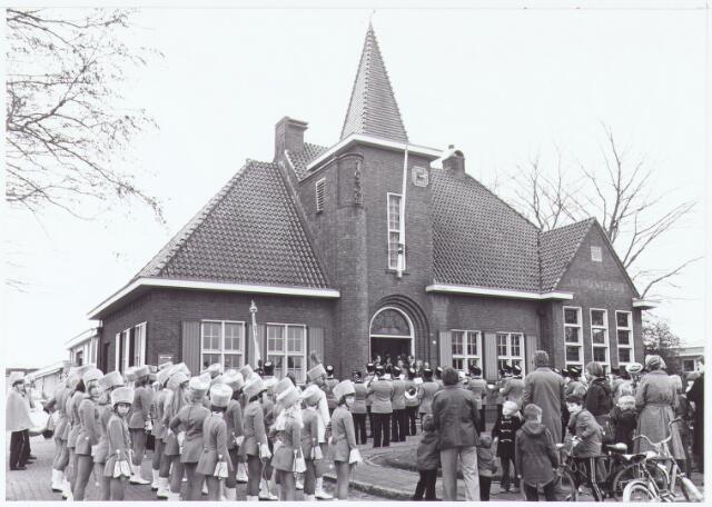 """063470 - De harmonie """"Concordia """" presenteert haar nieuwe uniformen voor het gemeentehuis aan de Raadhuisstraat 56 te Berkel ten overstaan van de burgemeester Jan Meijs, zijn echtgenote en het gemeentebestuur."""