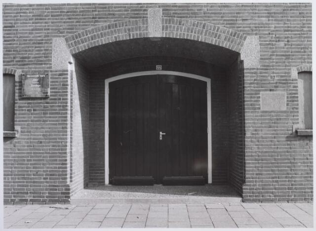 """026445 - Ingang van de hervormde kerk """"Elim"""" aan de Minister Mutsaersstraat"""