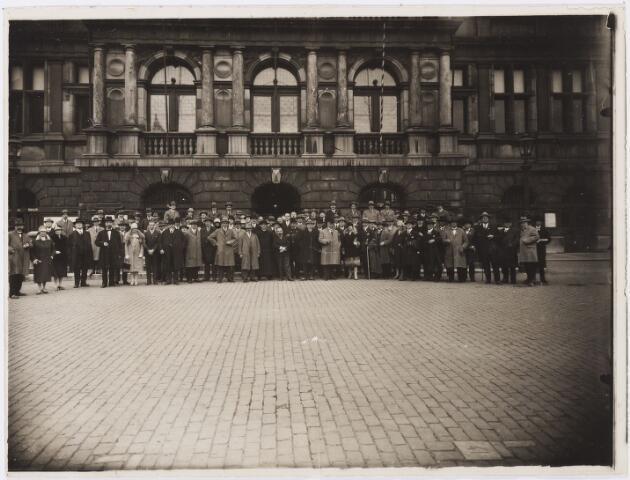 006632 - Groepsfoto voor het stadhuis van Antwerpen. Familie Brands-van Vlijmen. Gelegenheid is onbekend