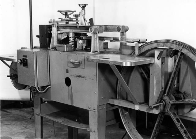655579 - Bandricht machine voor messing banden t.b.v. aan te maken condensator-plaatjes.
