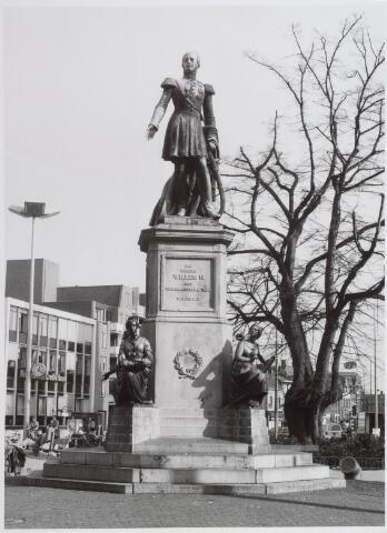 021459 - Standbeeld van Willem II op de Heuvel. Op de achtergrond links, op de hoek met de Tuinstraat, de Nederlandsche Credietbank