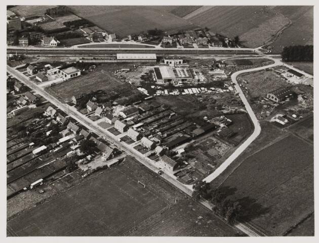 080408 - Luchtfoto's van Udenhout. Op de achtergrond het spoor.
