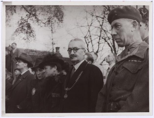 012537 - Tweede Wereldoorlog. Bevrijding. Burgemeester Van de Mortel, staande tussen zijn vrouw en een Britse officier, kijkt naar een parade van Schotse pijpers op de Markt op 29 oktober 1944