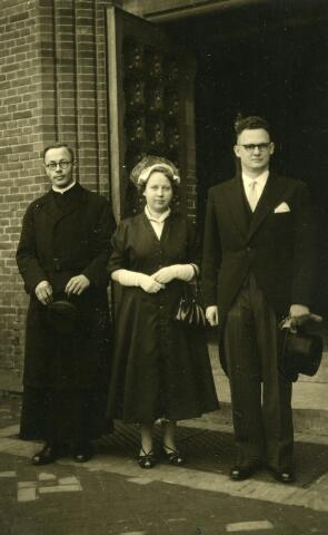 092900 - Van links naar rechts Jan Baptis Snels (broeder Jan Bosco), geboren te Goirle op 27 december 1923 en aldaar overleden op 13 september 1997, Johanna Catharina Petronella Maria (Joke) Coppens, geboren te Goirle op 4 februari 1923, en haar man Johannes (Jan) Tack, geboren te Mannheim op 17 maart 1920. De moeder van Tack, Truus Huisveld, was hertrouwd met de vader van Snels, Johannes Cornelis Snels.De foto werd genomen voor de ingang van de kerk van St. Jans Onthoofding te Goirle.
