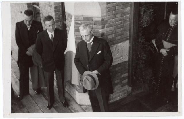 016485 - Op 8 september 1937 zegende mgr. Hendrikx, vicaris-generaal van het bisdom 's-Hertogenbosch, het klooster Mariahof van de Broeders Penitenten in. Wethouder Eijkemans (midden) hield een rede, terwijl de bisschop (uiterst rechts) belangstellend toehoort