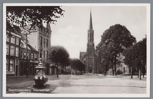 058345 - Veenestraat. Vooraan links een waterpomp.