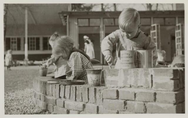 046361 - Medisch kinderdagverblijf Kleuterheil. Kleuters in de zandbak van de speeltuin.