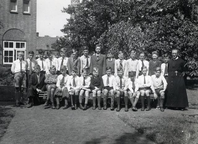 652806 - Frater Andreasschool in Tilburg. De opname is van de leerlingen van de 6e klas in 1939 - 1940 samen met hun leraar. De school die bestond vanaf 1909 werd gesticht door de Fraters van Tilburg.