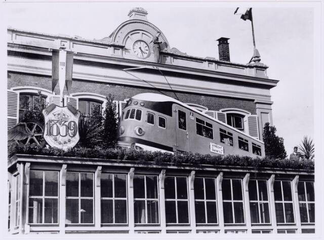 036763 - Nederlandse spoorwegen, Centrale Werkplaats, Atelier. Het versierde station ter gelegenheid van het 100-jarig bestaan van de  Nederlandse Spoorwegen.
