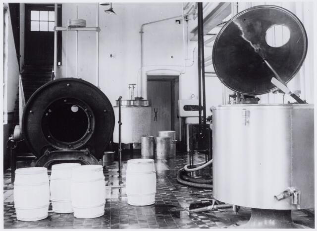 049980 - Interieur melkfabriek. Foto uit ´Je Taalboek´ van frater Victor van Nispen. Waarschijnlijk de N.V. Coöperatieve Tilburgsche Melkinrichting en Zuivelfabriek C.T.M. aan het Wilhelminapark-