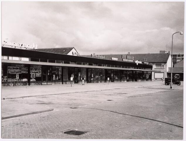 033058 - Het winkelcentrum, ontworpen door architect H. van Olpen, aan de Tartinistraat met onder andere de Rabobank en Drogisterij van Eijsden
