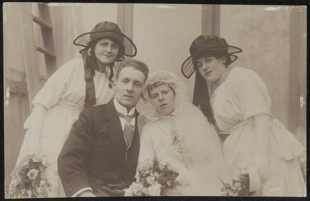 603713 - Bruidegom Thomas J.M. Thijs (Tilburg 1894-1959) en bruid Lizette C.L. Swagemakers (Oisterwijk 1900-Tilburg 1990). De namen van de bruidsmeisjes zijn niet bekend.  Het wettelijk huwelijk werd voltrokken op 26 april 1921 te Ginneken. Deze trouwfoto zal gemaakt zijn naar aanleiding van het kerkelijk huwelijk, aangezien de foto werd gemaakt door de Tilburgse fotograaf van Beurden. In 1921 stond Thomas J.M. Thijs geregistreerd als katoenstoffenverver. Tot 1959 was hij secretaris van het R.K. kerkbestuur en schoolbestuur van de parochie Sint Anna te Tilburg.