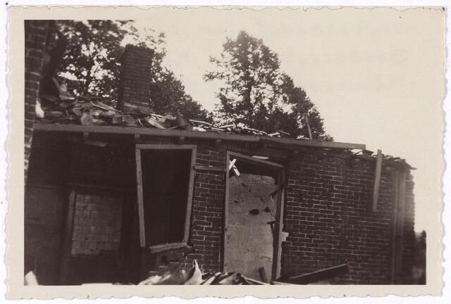 013451 - Tweede Wereldoorlog. Oorlogsschade. Vernielingen. Vernielde achterbouw van een huis aan de Bredaseweg tegenover het zusterklooster van het Heilig Hart