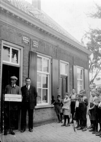 """048432 - Rechts Hoefstraat 79, het woonhuis van Johannes Norbertus (Jan) Hoofs, koster van de kerk van de parochie  Hoefstraat. Zijn vrouw dreef ter plaatse een winkeltje in koloniale waren. In de voordeur zoon Jo Hoofs, melkboer van beroep, rechts van hem koster Jan Hoofs. Het pand was eigendom van de kerk. De buurman was beheerder van het patronaat van de parochie Hoefstraat. Later werd dit huis """"Het Elfje""""."""