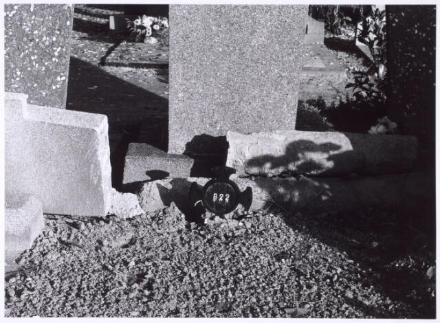 016023 - Wie in ongewijde grond was begraven, kreeg geen monument, maar een ijzeren kruis met een nummer. Hier een dergelijk graf op het kerkhof aan de Bredaseweg