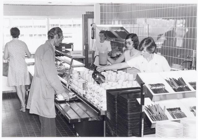 038680 - Volt Noord. Bedrijfsrestaurants. Kantine gebouw NL in mei 1976. Op het menu van die dag stond o.a. prei-crémesoep. Het uitzicht naar buiten is op hal NB van de afdeling Deflectie-Units. De dames v.r.n.l. zijn: Fien, ? en Els van Dongen.
