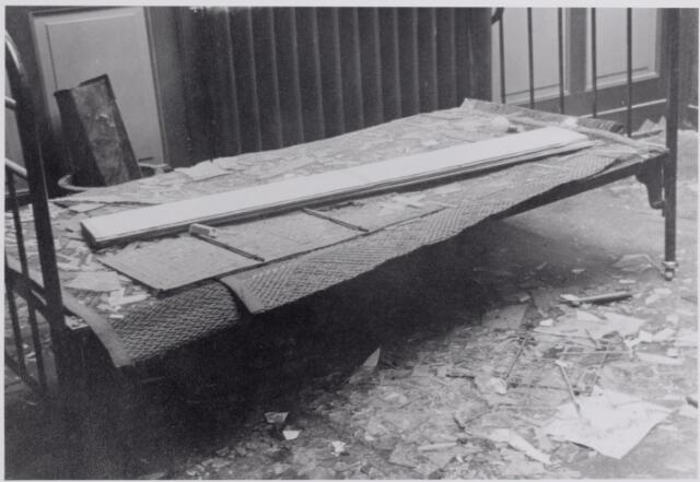 045825 - WOII; WO2; Oorlogsschade aan het interieur van Pijnenburg's Weverijen N.V.