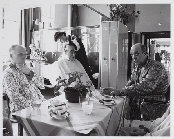 041783 - Elisabethziekenhuis. Gezondheidszorg. Ziekenhuizen. Patiëntenzalen in het St. Elisabethziekenhuis. Kapper aan huis