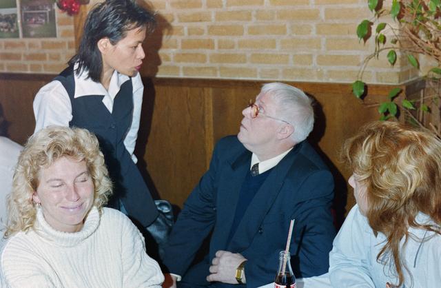 1237_001_018_022 - Een feestelijke bijeenkomst bij de Diensten Centrale aan de Havendijk in december 1998. Medewerker Toon van Bueren (midden met bril) gaat met de VUT en is benoemd tot ere-lid voor zijn vele jaren als bestuurslid van de personeelsvereniging van de Diensten-centrale.