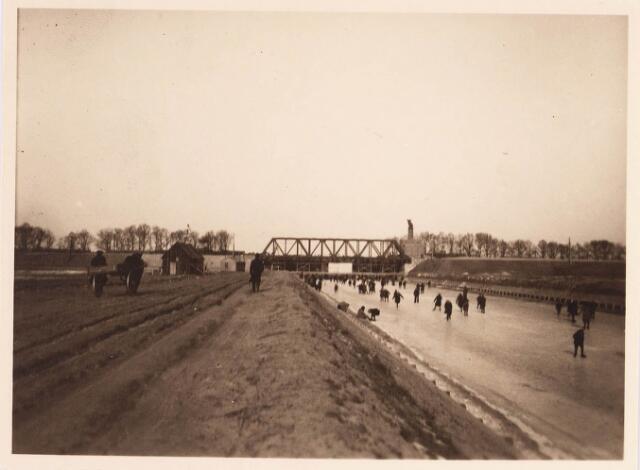 034736 - Spoorbrug over het Wilhelminakanaal ter hoogte van de Bosscheweg. Rechts daarvan het voetbalterrein van LONGA