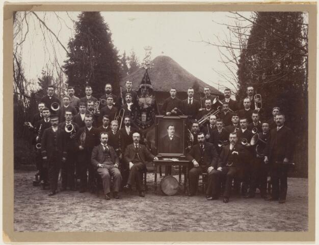 101113 - Muziek. Koninklijk Muziekvereniging Harmonie. Zittend v.l.n.r. J. van Dongen, C. Kunst, M.A. Smeets (voozitter op schilderij), F.J. Oomen, H. Trimbosch.