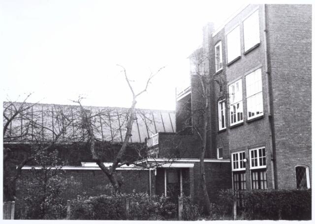 017306 - Achterzijde van het pand Ceciliastraat 22. Op de achtergrond een gebouw behorende tot de wollenstoffenfabriek Aelen