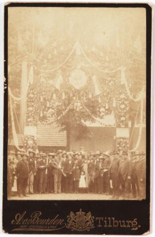 009969 - ereboog eind Willem II-straat en Spoorlaan t.g.v. de voltooiing en consecratie van de Heuvelse kerk op 3 juli 1889. (zie Tilb. Courant 4 juli 1889)
