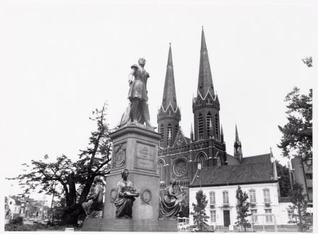 044190 - Heuvel met lindeboom, standbeeld van koning Willem II en St. Jozefkerk.
