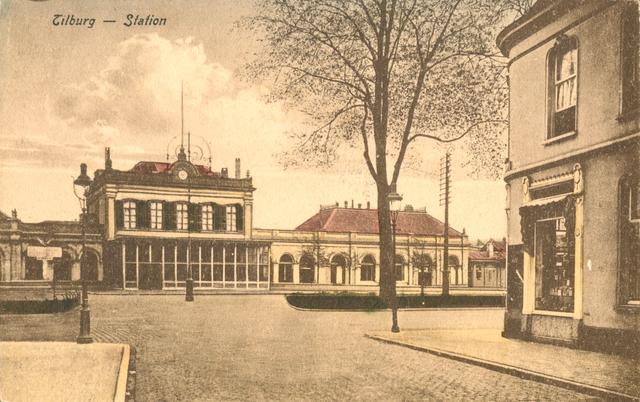 653904 - Tilburg. Het oude station rond 1920. Rechts vooraan is er nog een kleine hoek van de Stationsstraat te zien.