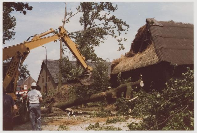 078503 - Udenhout, Winkelsestraat.  Door de storm van 11 juli 1984 vernielde een omgewaaide boom de schuur van fam. Van Roessel.