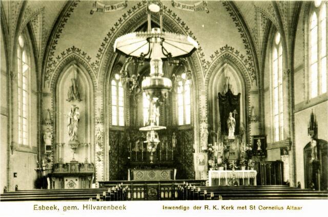 054695 - Interieur van de oude R.K. Esbeekse kerk, met rechts het altaar van de H. Cornelius, paus en martelaar.