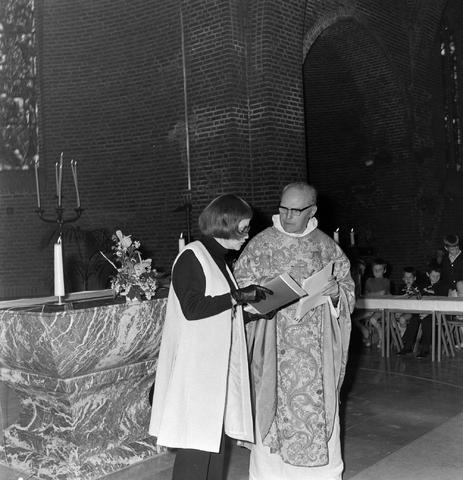 1237_012_983-4_006 - Religie. Kerk. Communicanten. De eerste Heilige Communie in de Maria Boodschap kerk in Goirle in mei 1971.