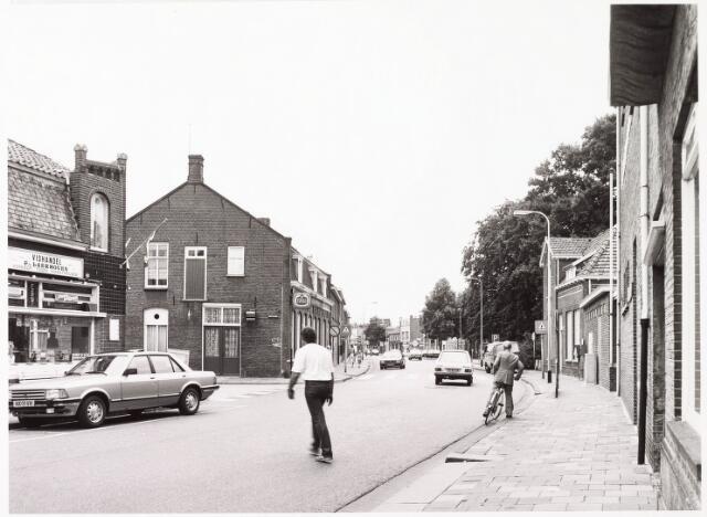 033870 - Panden veldhovenring 30 en 32 met op 30 ?hoek Nijverheidstraat de Vishandel van F van Laerhoven en aan de rechterkant van de straat op nummer 37 de lagere school